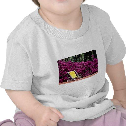 Flores de la silla de cubierta camiseta