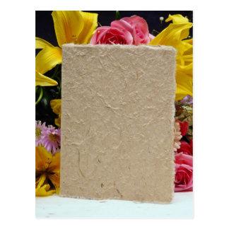 flores de la tarjeta amarilla y de las flores postal