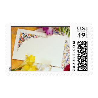 flores de la tarjeta amarilla y de las flores franqueo