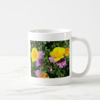 Flores de las flores del jardín, amarillas y taza básica blanca