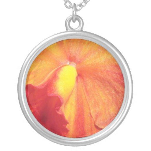 Flores de llama anaranjadas colgante redondo