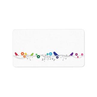 Flores de los pájaros del tema del arco iris que c etiquetas de dirección