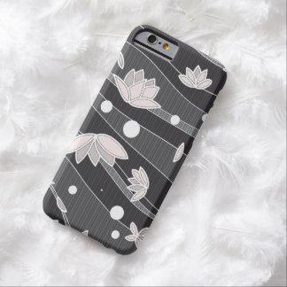 Flores de Lotus rosadas en rayas negras Funda Para iPhone 6 Barely There