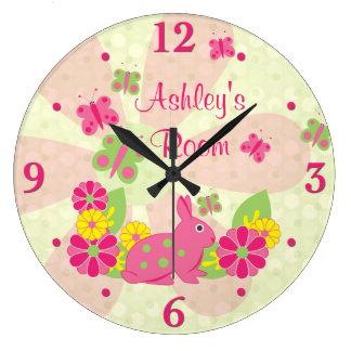 Flores de mariposas verdes rosadas del conejo de reloj redondo grande
