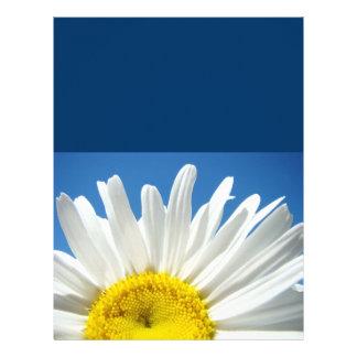 Flores de papel de las margaritas del cielo azul d plantilla de membrete