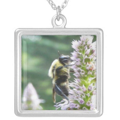 Flores del Agastache con el abejorro Colgantes Personalizados