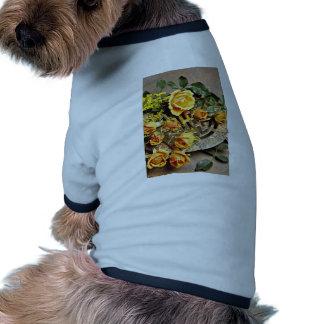 Flores del arreglo floral camisa de perro