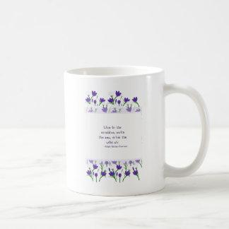 Flores del azafrán de la primavera de la cita de taza de café