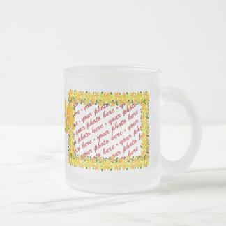 Flores del bastidor anaranjado y amarillo tazas de café