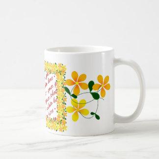 Flores del bastidor anaranjado y amarillo taza clásica