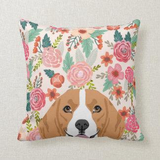 Flores del beagle que miran a escondidas la cojín decorativo