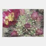 Flores del cactus de Borgoña Toallas De Cocina