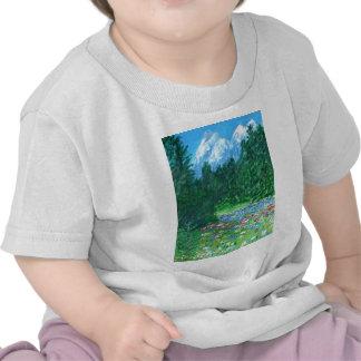 Flores del campo en un prado de la montaña rocosa camiseta
