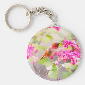 Flores del colibrí del vuelo y de la pasa roja llaveros
