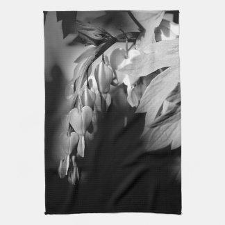 Flores del corazón sangrante en blanco y negro toallas