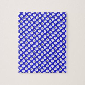 Flores del cosmos con el fondo azul puzzle