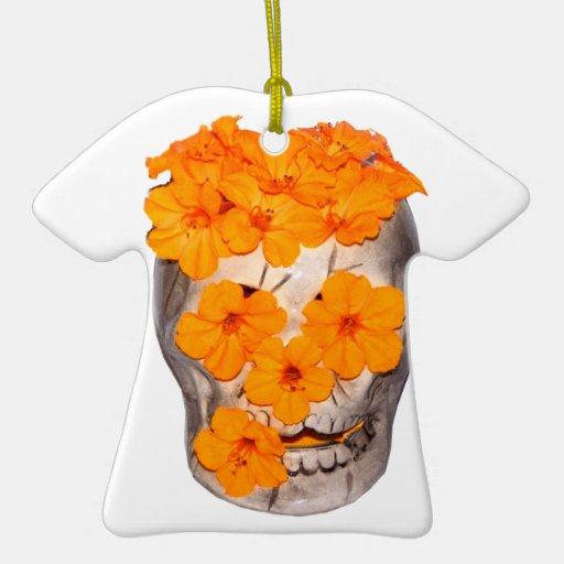 Flores del cráneo y del naranja adorno navideño de cerámica en forma de playera