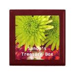 flores del crisantemo con la caja conocida del caja de recuerdo