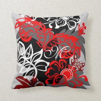 Flores del damasco, mariposas y almohada del monog