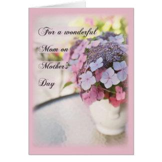 Flores del día de madre en la tabla, religiosa tarjeta de felicitación