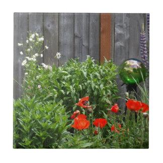 Flores del jardín en la cerca azulejo cuadrado pequeño