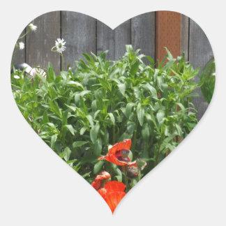 Flores del jardín en la cerca pegatinas de corazon personalizadas
