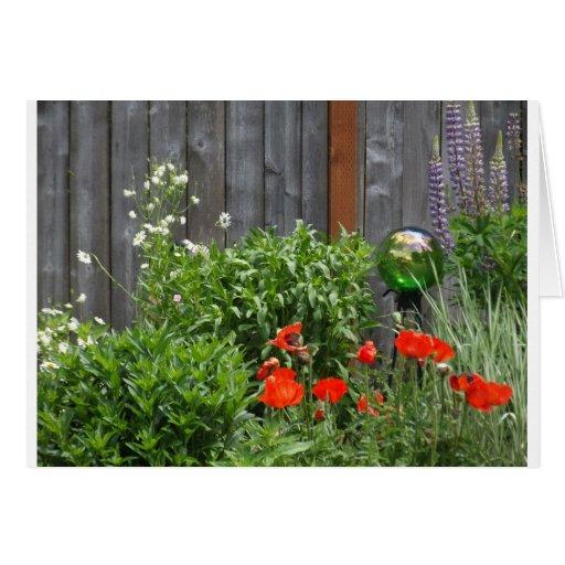 Flores del jardín en la cerca tarjetón