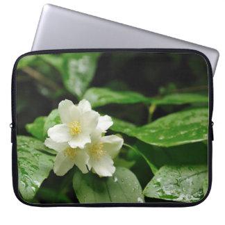 flores del jazmín en jardín de la primavera funda ordendadores