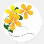 Flores del naranja y del amarillo etiqueta redonda