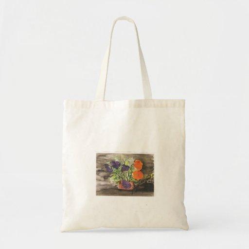 Flores del pensamiento en una bolsa de asas del po