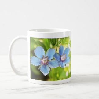 Flores del Pimpernel azul (monelli del Anagallis) Taza Básica Blanca
