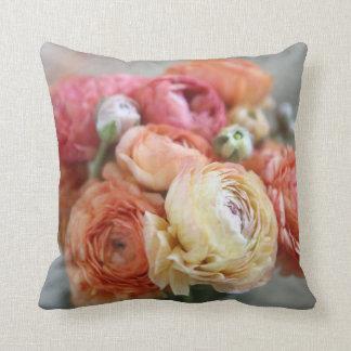 flores del ranúnculo en almohada de tiro caliente
