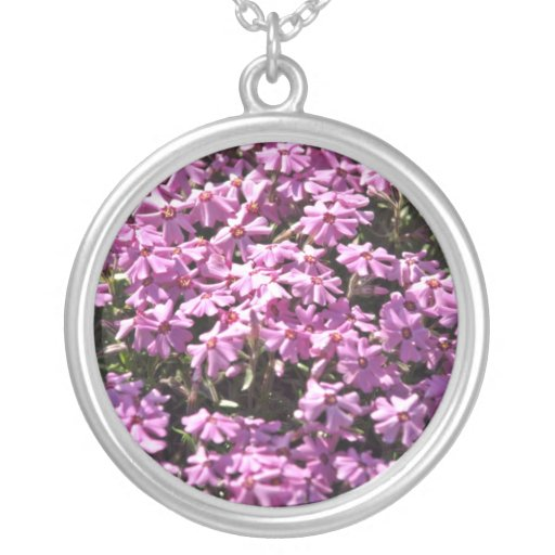 Flores del rojo del primer de la lila colgante redondo