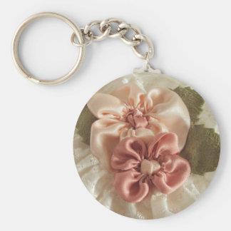 Flores del rosa de color salmón y del melocotón llavero redondo tipo pin