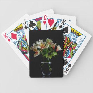Flores del verano en un florero transparente baraja cartas de poker