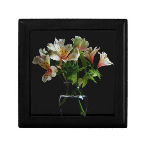 Flores del verano en un florero transparente cajas de joyas