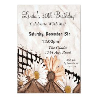 Flores descoloradas en el papel arrugado invitación 12,7 x 17,8 cm
