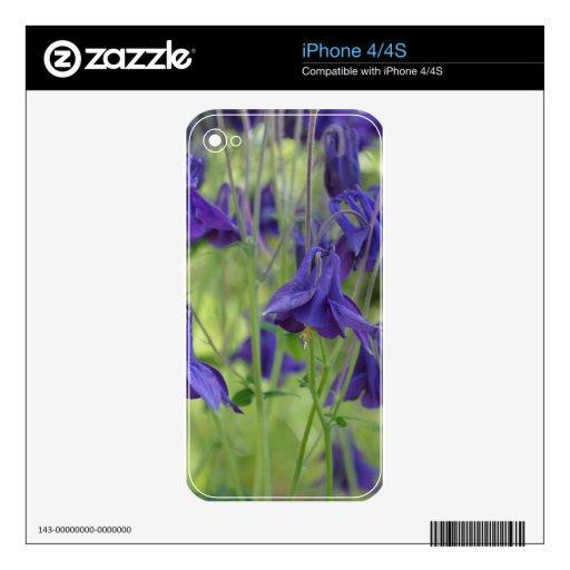 Flores elegantes de Columbine azul en el jardín Skin Para El iPhone 4S