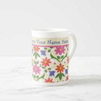 Flores elegantes, lunares en la taza de la taza de porcelana