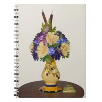 Flores en cuaderno amarillo del florero