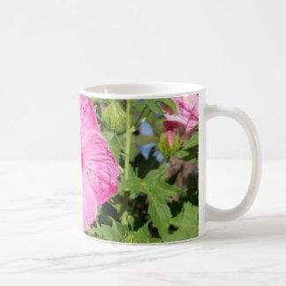 Flores en el mercado de los granjeros tazas de café