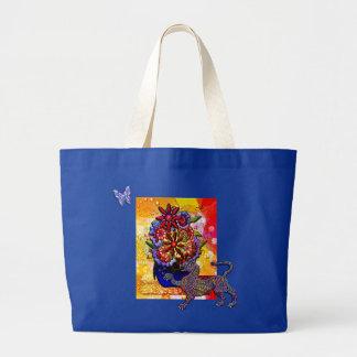 Flores en florero del azul de cobalto en lluvia y  bolsa de mano