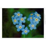 Flores en forma de corazón de la nomeolvides tarjetón