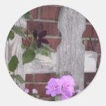Flores en la cerca etiquetas redondas