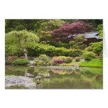 Flores en la floración en el jardín japonés, tarjeta de felicitación