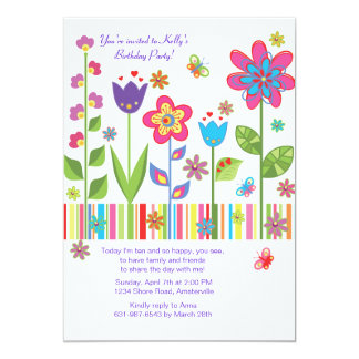 Flores en la invitación del jardín