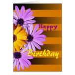 Flores en tarjeta del feliz cumpleaños de las