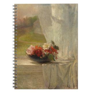 Flores en un cuaderno de la repisa de la ventana