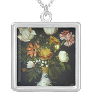 Flores en un florero colgante cuadrado