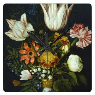 Flores en un florero reloj cuadrado